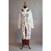 Kebaya modern wit kant met bijpassende sarong plissé