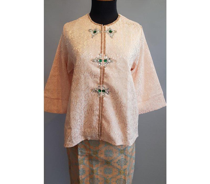Kebaya klassiek zalm met bijpassende sarong songket