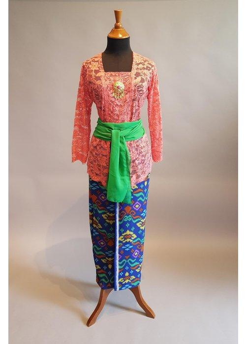 Kebaya Bali zalm met bijpaasende sarong