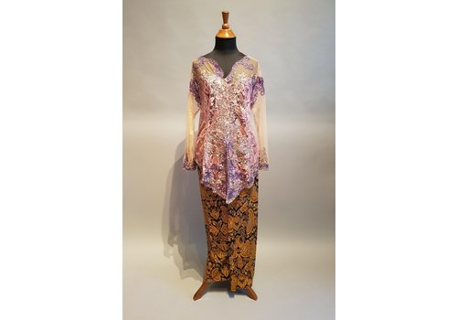 Kebaya glamour lila met bijpassende sarong