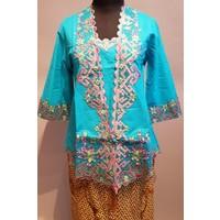 Kebaya blauw 3/4 mouw geborduurd met bijpassende sarong