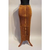 Kebaya zalm geborduurd met bijpassende sarong plissé