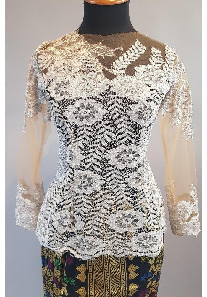 Kebaya modern licht grijs met bijpassende sarong