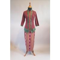 Kebaya lurik bordeaux met bijpassende sarong songket
