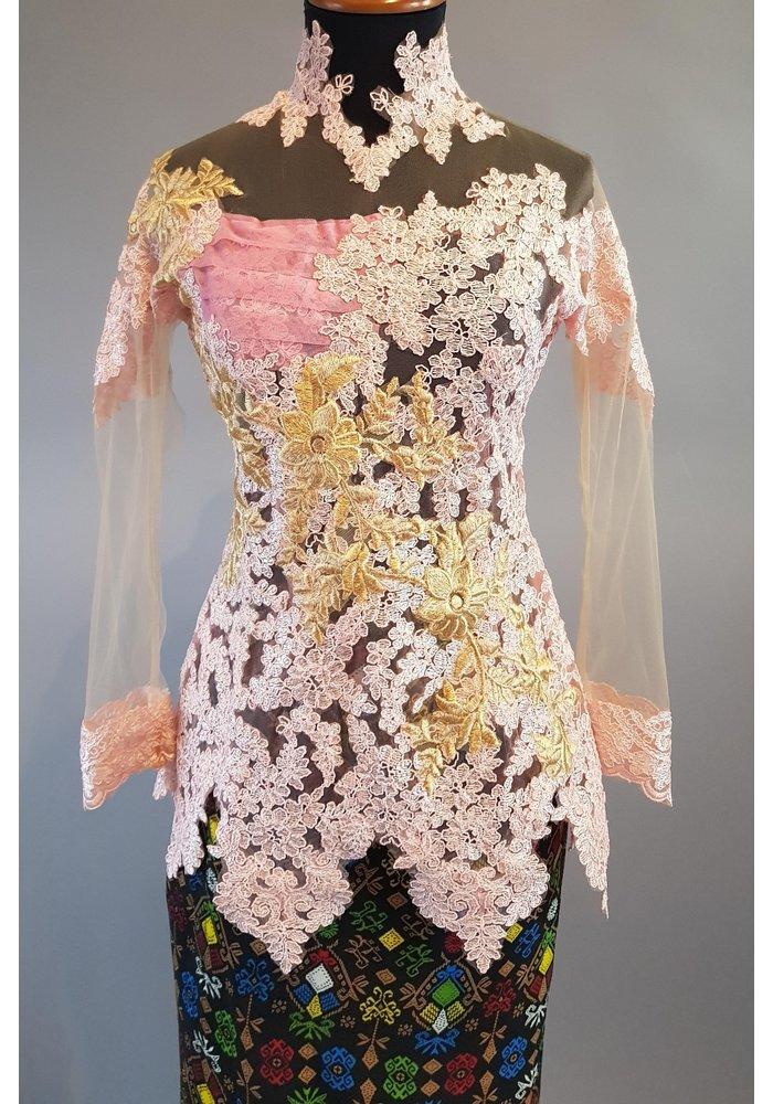 Kebaya elegant pink met bijpassende wikkel sarong