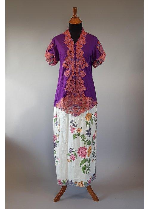 Kebaya lavender korte mouw met bijpassende sarong