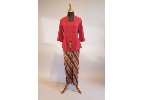 Kebaya steenrood met bijpassende sarong plissé
