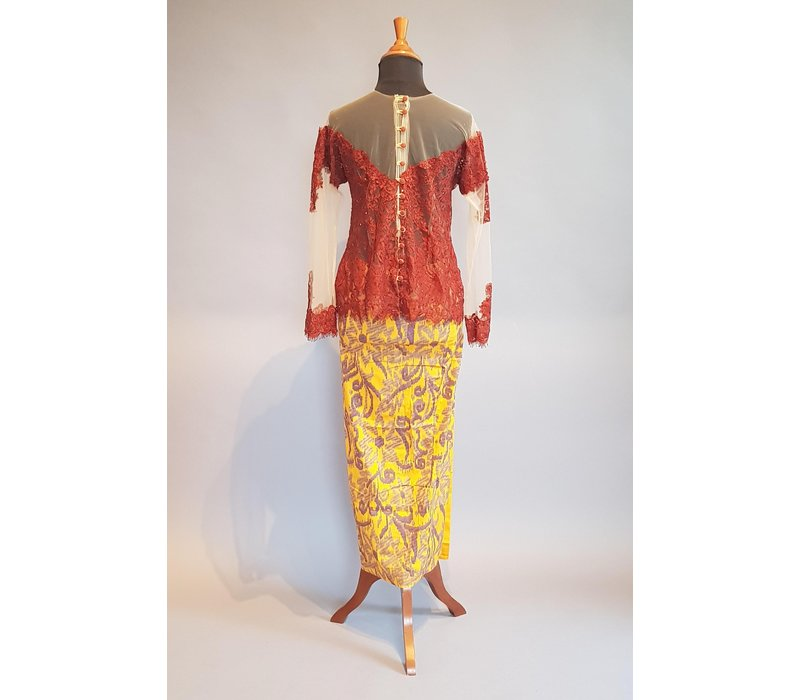 Kebaya glamour terracotta met bijpassende sarong