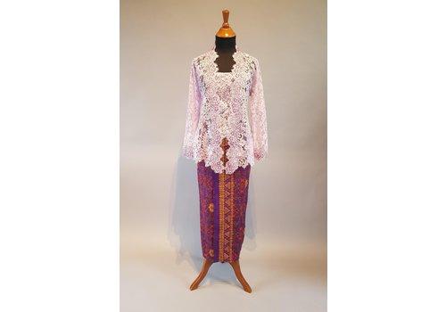 Kebaya elegant lila met bijpassende sarong