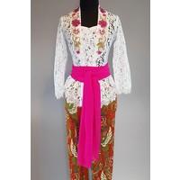 Kebaya Bali wit geborduurd met bijpassende sarong & selendang