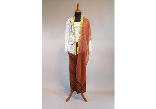 Kebaya glamour wit met bijpassende sarong plissé & selendang