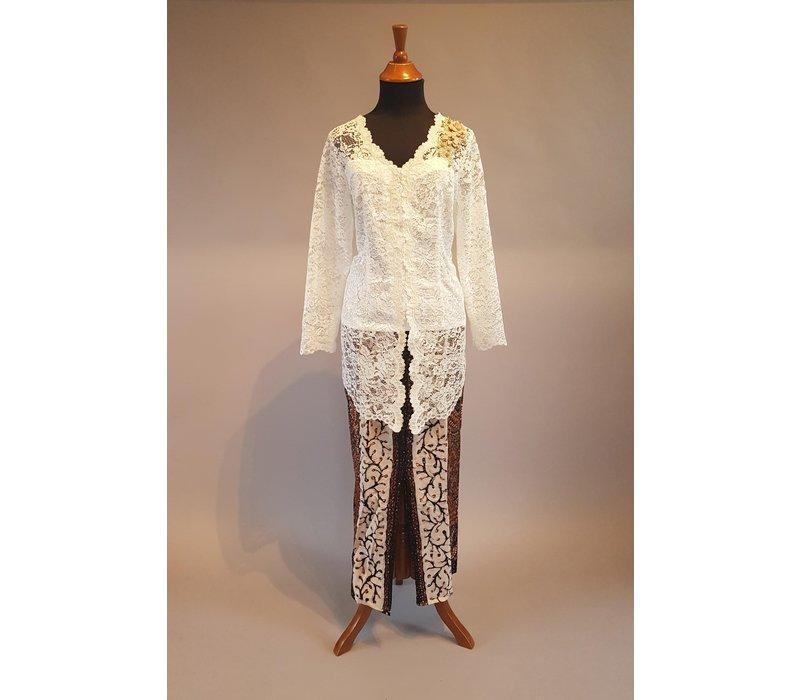 Kebaya klassiek gebroken wit geborduurd met bijpassende sarong