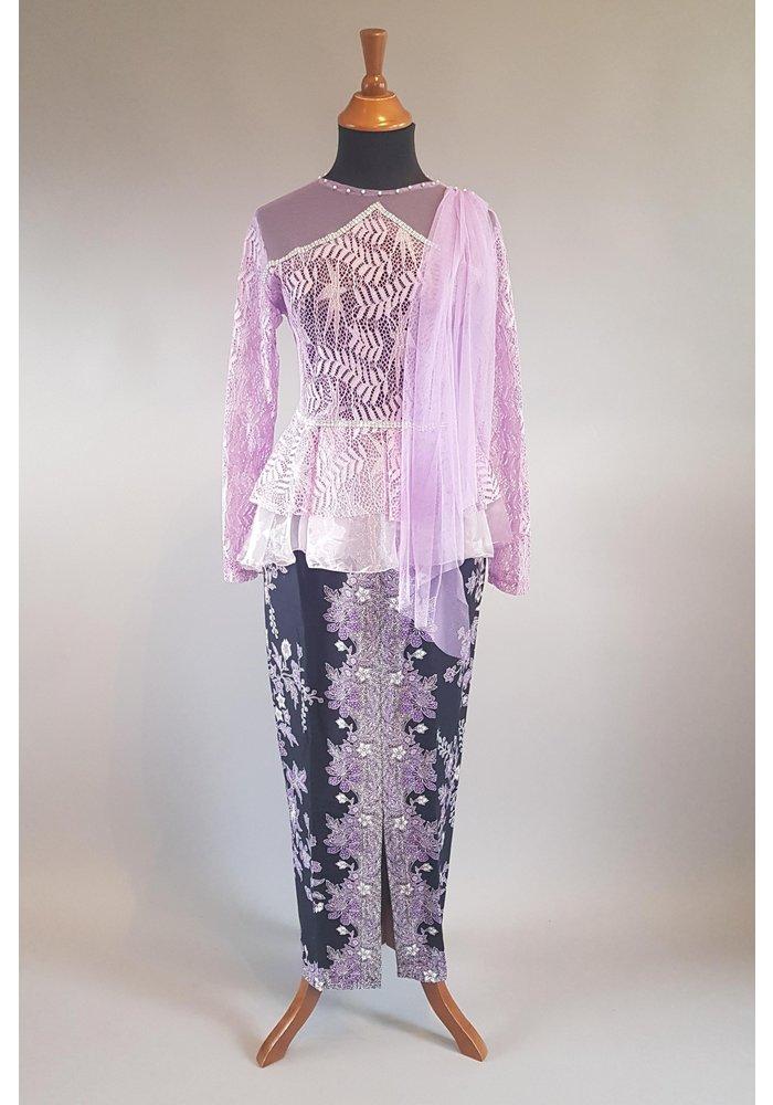 Kebaya modern lila met bijpassende sarong & selendang