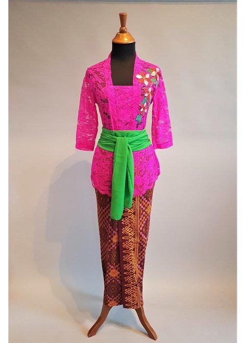 Kebaya Bali fuchsia geborduurd met bijpassende sarong & selendang