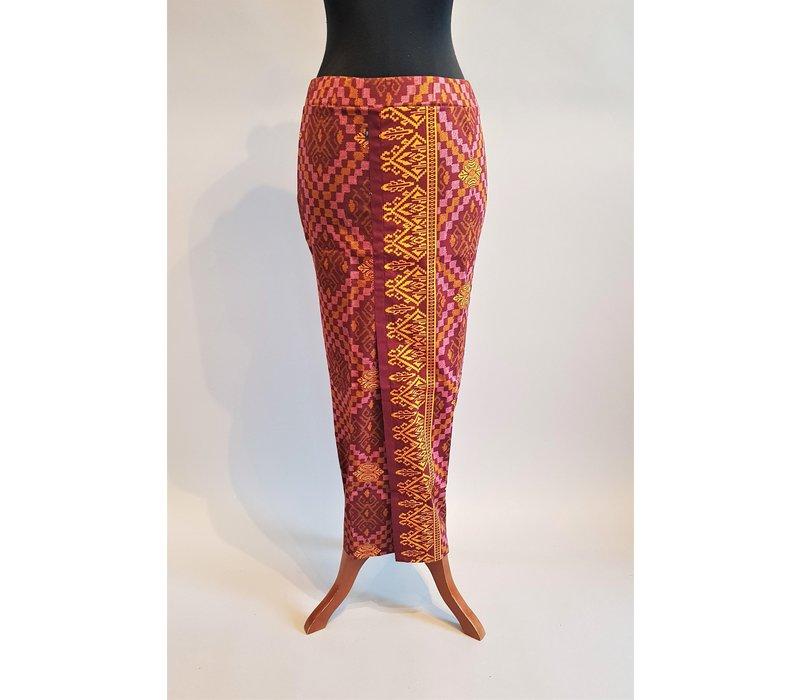 Kebaya fuchsia geborduurd met bijpassende sarong & selendang