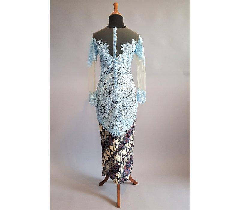 Kebaya modern blauwe lucht met bijpassende sarong