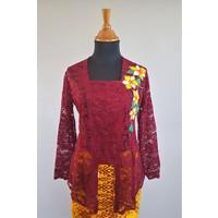 Kebaya Bali rode wijn met bijpassende sarong & selendang