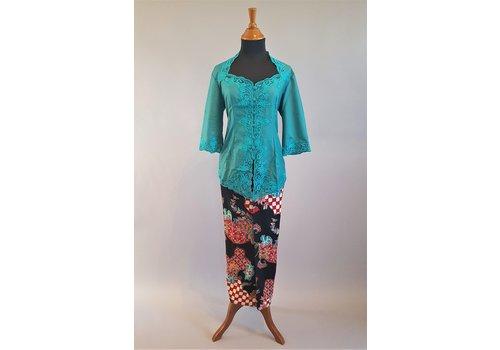 Kebaya donker turquoise geborduurd met bijpassende sarong