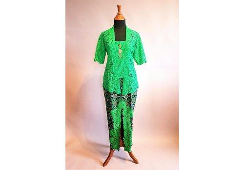 Kebaya grasgroen met bijpassende sarong
