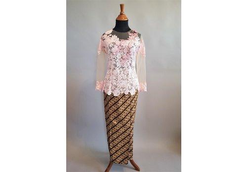 Kebaya magnolia roze met bijpassende sarong