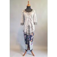 Kebaya licht grijs 3/4 mouw met bijpassende sarong