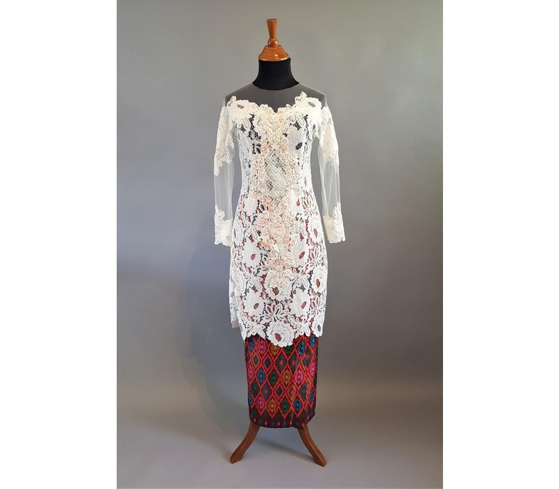 Kebaya witte hortensia met bijpassende sarong