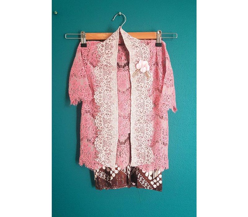 Kinder kebaya zalm roze met bijpassende sarong
