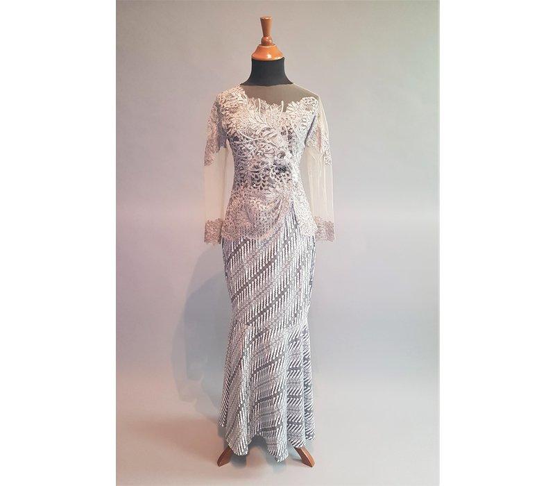 Kebaya elegant licht grijs met bijpassende rok