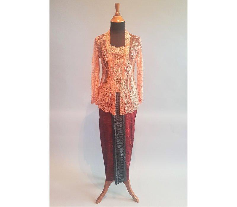 Kebaya glamour zalm met bijpassende sarong
