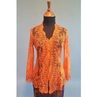 Kebaya glamour oranje met bijpassende sarong