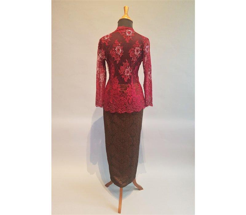 Kebaya glamour bordeaux met bijpassende sarong
