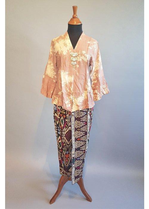 Kebaya tie dye met bijpassende sarong