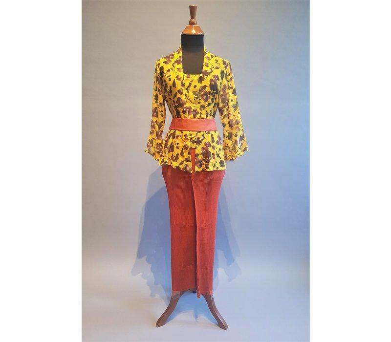 Kebaya fleurig mosterdgeel met bijpassende rok plissé