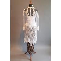 Kebaya met witte bladeren en bijpassende rok plissé