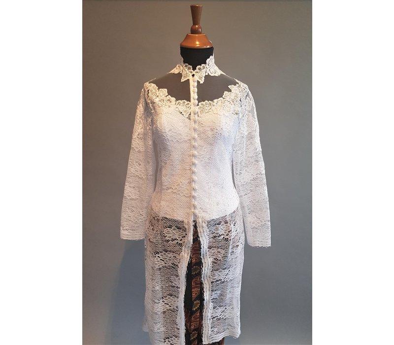 Kebaya elegant wit met bijpassende rok plissé