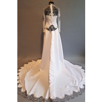 Bruids kebaya elegant wit met bijpassende rok en losse sleep