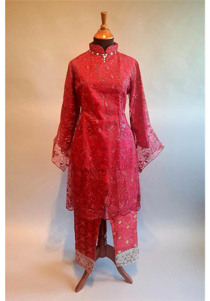 Kebaya bordeaux rood met bijpassende broek