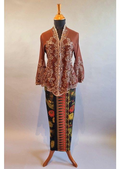Kebaya elegant bruin met bijpassende sarong