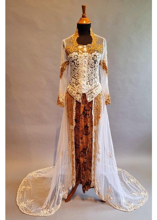 Bruids kebaya glamour wit goud met bijpassende sarong & vaste sleep
