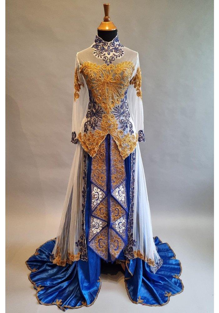 Bruids kebaya koningsblauw met bijpassende rok batik en losse sleep