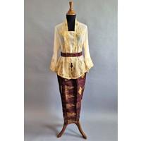Kebaya elegant crème met bijpassende sarong en riem