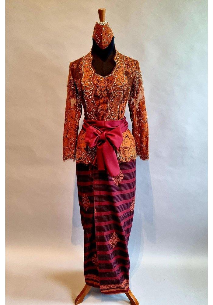 Kebaya glamour bruin met bijpassende sarong, selendang & mondkapje