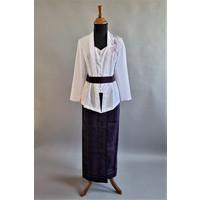 Kebaya wit geborduurd met bijpassende wikkel sarong & riem