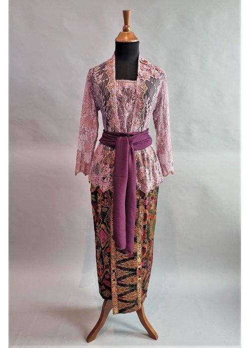 Kebaya glamour cyclaam met bijpassende sarong & selendang