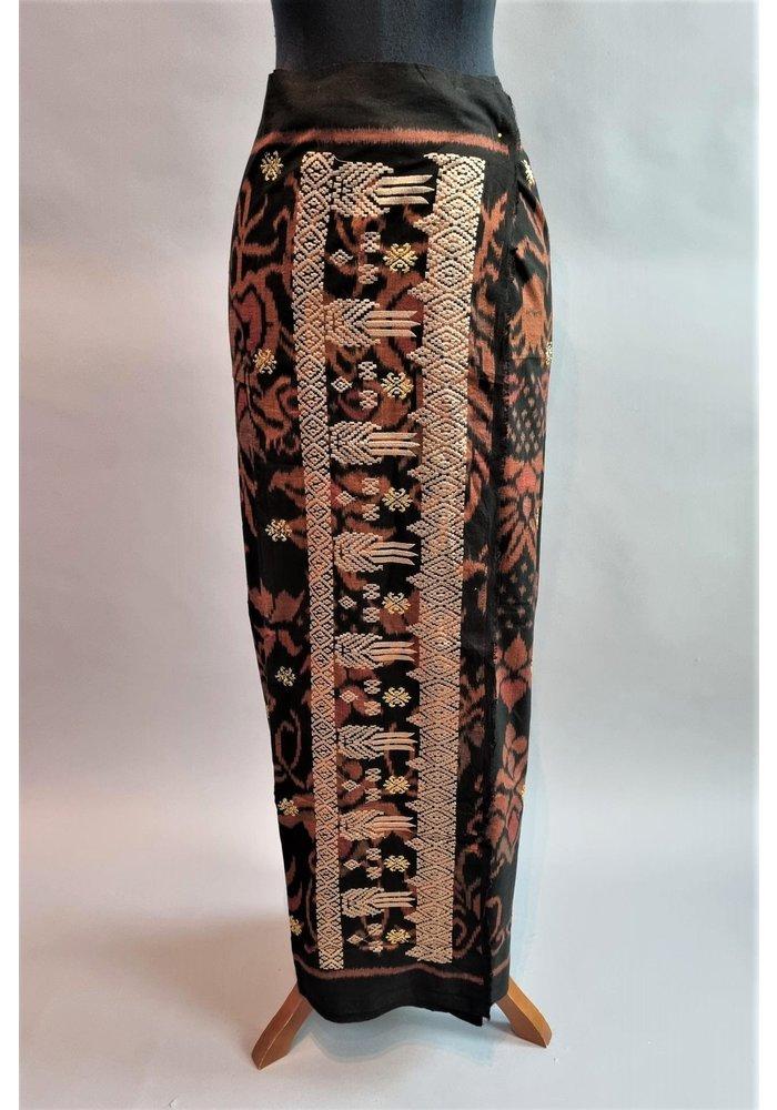 Kebaya elegant cyclaam met bijpassende wikkel sarong & selendang