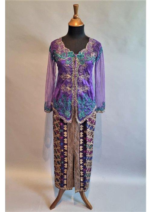 Kebaya trendy lavendel met bijpassende sarong