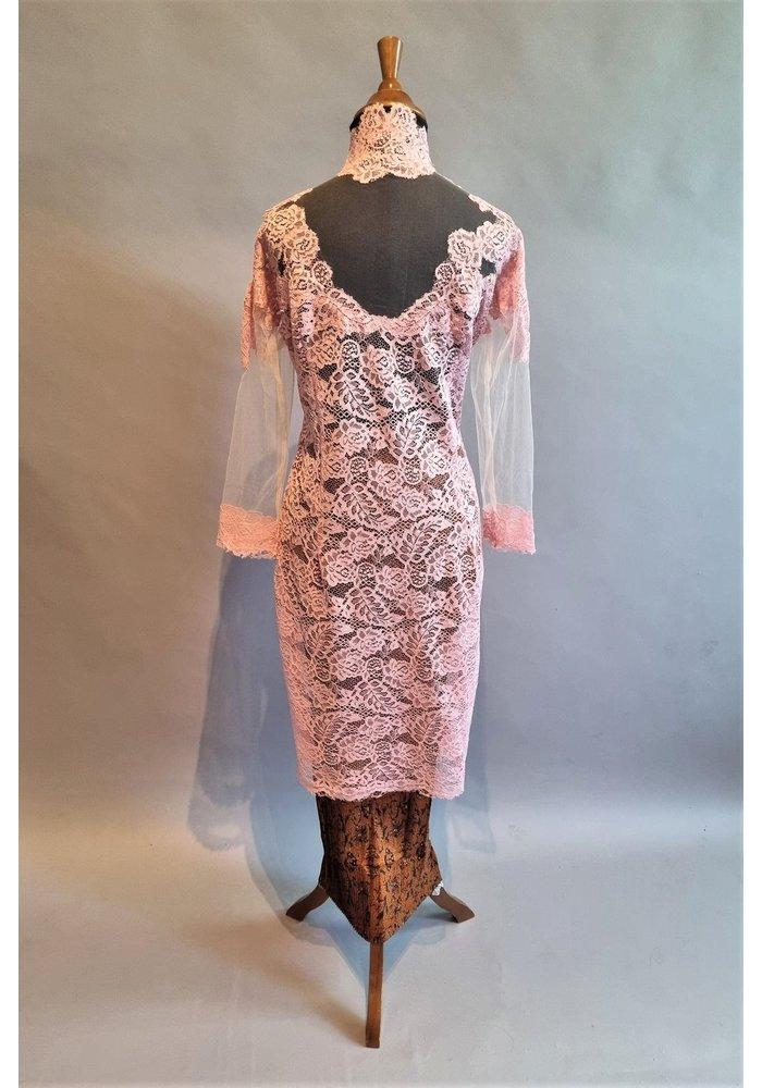 Kebaya elegant roze met bijpassende rok plissé en sluier