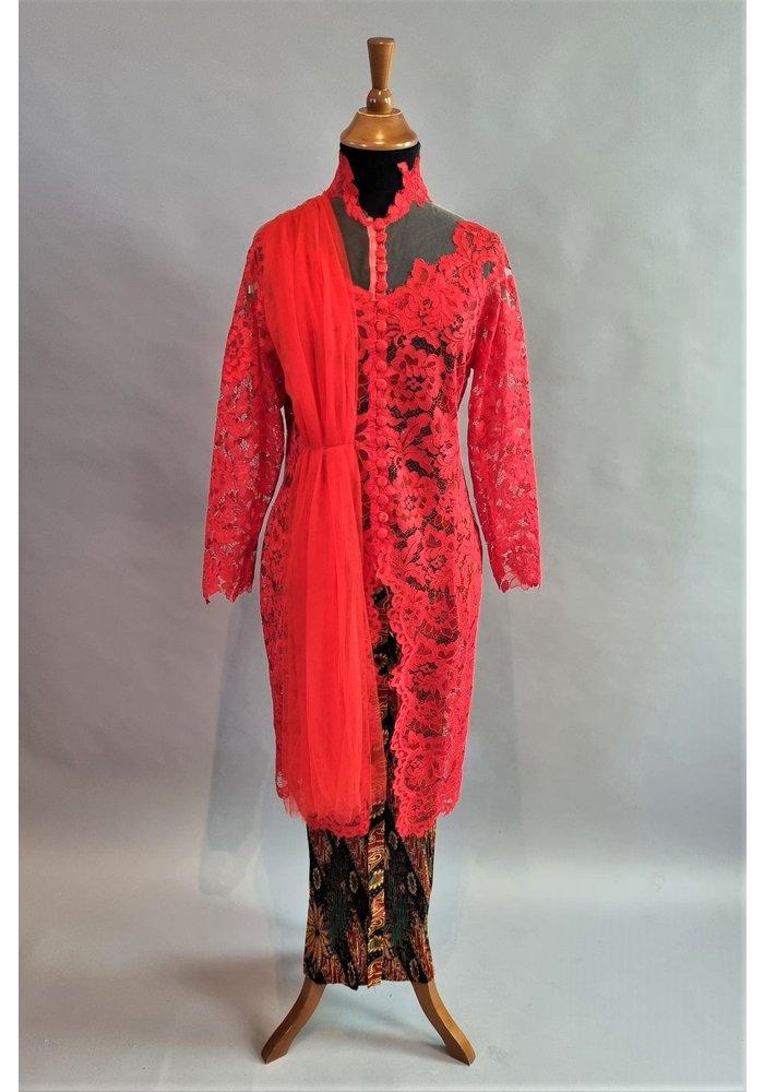 Kebaya elegant rood met bijpassende rok plissé
