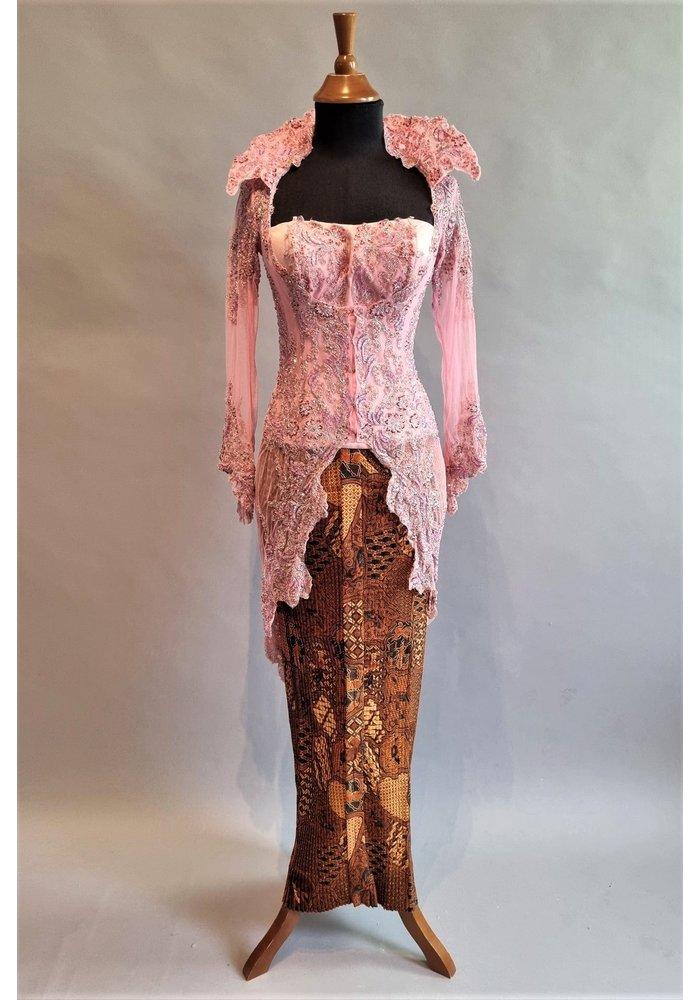 Kebaya glamour roze met bijpassende bustier en rok plissé