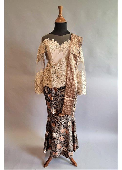Kebaya elegant beige met bijpassende sarong & selendang